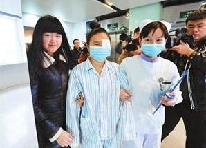 26岁女性受捐者术后走出手术室