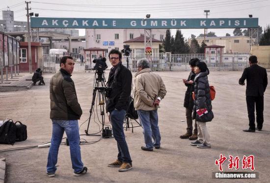 资料图:当地时间2015年1月28日,土耳其桑尼乌法,日本记者在土耳其和叙利亚边境附近等待被IS扣押的日本人质后藤健二获释。CFP视觉中国 视频:关注日本人质危机:约旦尚未与极端组织交换人质来源:央视新闻