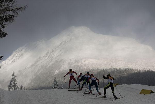 图文:大冬会越野滑雪比赛奋勇向前-搜狐体育