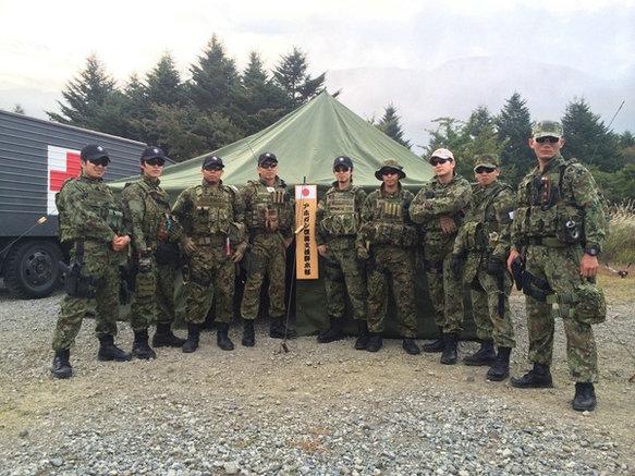 """资料图:近日,日本媒体公开了一组陆上自卫队""""秘密部队""""的训练照片。这支部队装备精良,配备了先进的战术护具以及枪械,专门负责执行特殊任务。其训练内容包括室内近距离战斗(CQB)、狙击枪使用、空中索降、人质救援等。"""