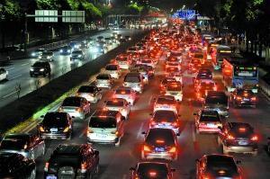 深圳高峰时段的交通压力很大。记者轩慧摄