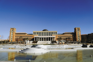 云南大学图书馆可能是整个西南地区单体建筑最大的图书馆 本版图片