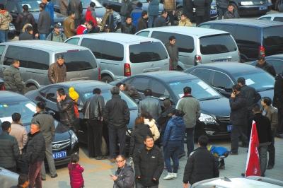 首批拍卖的公车进行集中展示。(资料图片)京华时报记者蒲东峰摄