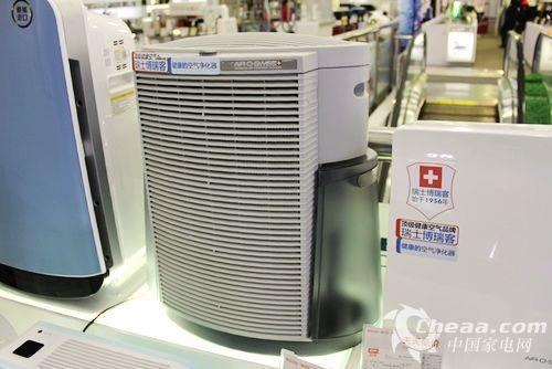除了净化之外,这款空气净化器还拥有加湿功能,专用内置蒸发盒,平衡散发水气,不产生任何白粉,同时促进甲醛毒气更加有效地被吸附。不仅如此,水箱的设计也非常别致,两个水箱透明可见水位,其中一个水箱作为备用水箱,避免了频繁更换的麻烦。