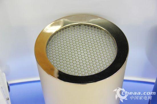 内部搭载最新技术的高性能风机,高效处理TVOC,HEPA银离子抗菌网以及蓝光光触媒技术,多效净化空气中的多种污染物。