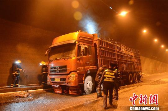 货车在行驶时轮胎起火 王申 摄