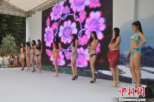 福建漳州首届温泉文化节揭幕,比基尼女郎助阵 林丽君 摄