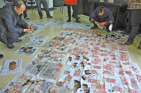 工作人员清理出可兑换的残币 记者 龙在全 摄
