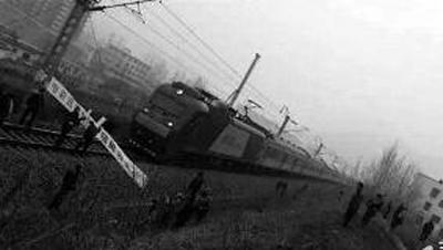 K791次列车经过河南境内西峡站时被拦停20分钟 网友供图