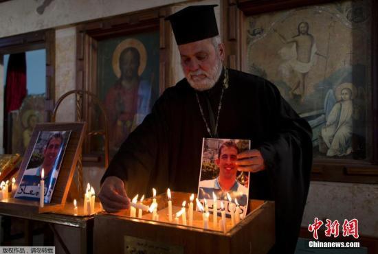 """当地时间2015年2月1日,约旦民众点蜡烛为被极端恐怖组织俘虏飞行员祈福。据了解,约旦军方2014年1月24日发表声明,证实他们的一架飞机在叙利亚坠毁,飞行员已被极端组织""""伊斯兰国""""俘虏。报道说,约旦空军多架战机当天早上对极端组织位于拉卡地区的地点执行任务时,一架飞机坠毁,飞行员已经成为极端组织的人质。 视频:约旦仍准备以""""基地""""女囚换人质来源:央视新闻"""