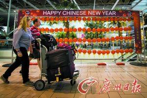 澳大利亚机场挂起红灯笼,向中国游客表达春节的祝福。