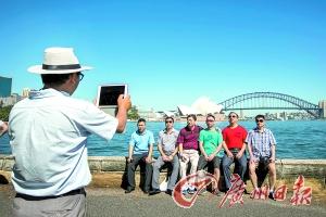 中国游客在悉尼海港留影。