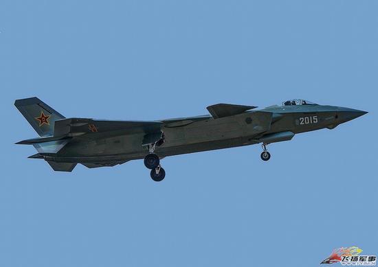 原文配图:2015号歼20试飞。