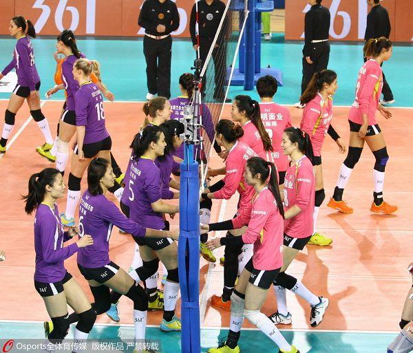 图文:八一女排夺联赛冠军 赛前握手