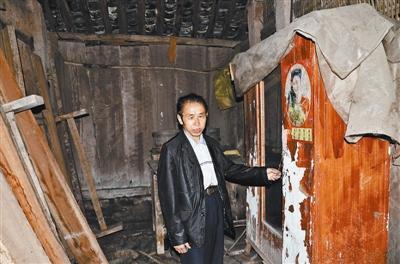 王本余获释后回到四川老家,家中残破不堪,柜子上的日历还停留在上世纪90年代。