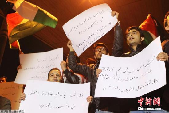 """当地时间2月3日,约旦首都安曼,愤怒的抗议群众。约旦军方3日宣布,被极端组织""""伊斯兰国""""劫为人质的约旦飞行员卡萨斯贝已遭杀害,约旦军方将采取强有力的报复行动。"""