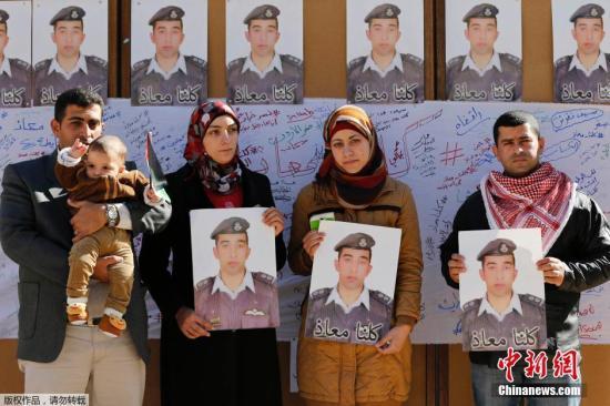 在约旦首都安曼,飞行员卡萨斯贝的亲属们参加悼念仪式。 视频:约旦被劫持飞行员遇害 民众集会高呼要报复来源:央视新闻