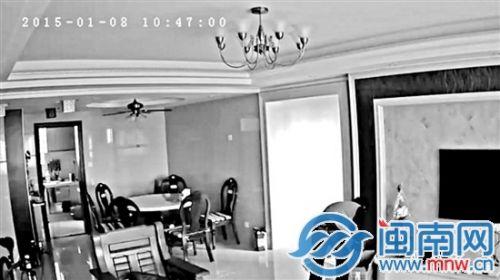 监控视频中,陈某正在李先生家中翻找东西