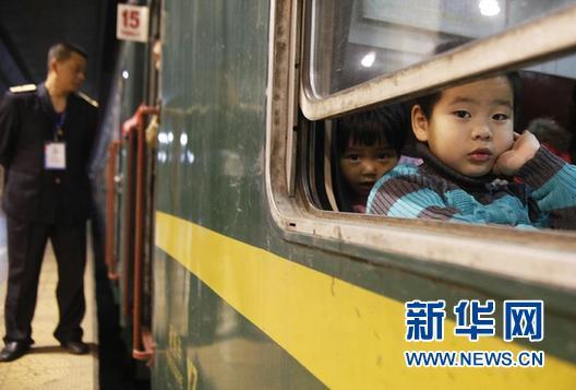 2月4日0时30分,随着汽笛轰鸣,广铁春运首趟客车—3806次列车满载2000多名旅客从广州东站缓缓开出,驶向重庆,正式拉开了广铁春运的大幕。 2015年春运期间,广铁集团预计发送旅客4100万人次,同比增加457万人次。今年春运,广铁管内10条高铁线路发送旅客将达2211万人次,首次承担广铁春运5成以上运量。新华社记者 王申