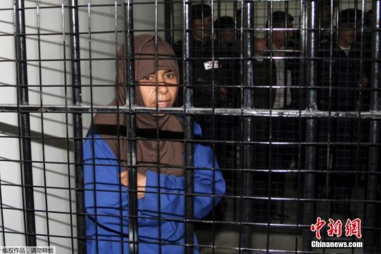 图为被约旦关押的极端组织女囚里沙维。赛义达・里沙维被认定参与了2005年约旦首都安曼的炸弹攻击,那次攻击造成了60人死亡。里沙维被捕时身上有尚未爆炸的自杀式炸弹,她承认同已经在攻击中死亡的丈夫一同策划了攻击行动。(资料图)