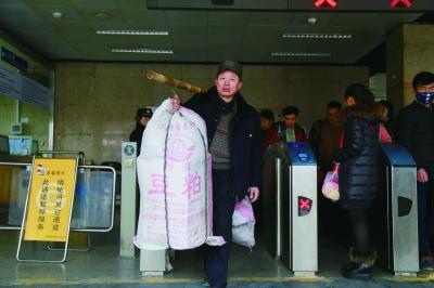 2号线北京站地铁出站口开启大包行李通道摄/法制晚报实习生 杨浩东