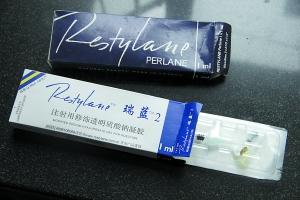 梁军向记者展示两种玻尿酸。