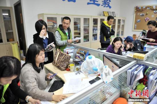 2月4日晚,厦门航空国际旅行工作人员正在加班,为台湾客机失事做善后工作。当天上午,台湾复兴航空一架飞往金门飞机失事坠河,飞机上有厦门旅游集团国际旅行社组织的15人团,以及厦门航空国际旅行社组织的16人团,共31名大陆游客。 中新社发 吕明 摄 视频:厦门旅行社成立应急组 为台湾坠机乘客家属提供协助来源:中国新闻网