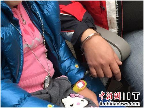 春运首日男子火车站用手铐铐女儿 组图 中新网2月5日电昨日,春运首日迎来首批返乡旅客,在北京南站,一名
