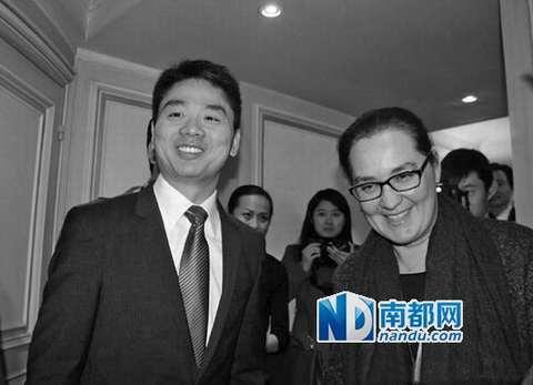 """刘强东在法国开启""""法国馆"""",被传称奶茶妹妹为""""太太""""。"""