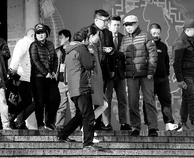 彩排后,高晓攀、尤宪超和不知名女演员聆听冯巩总结训话摄/法制晚报记者 杨益