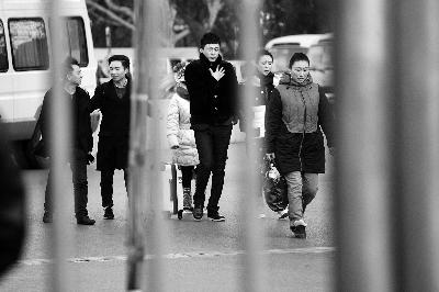 老毕团队现身,中间为《星光大道》年度冠军 摄/法制晚报记者 王磊