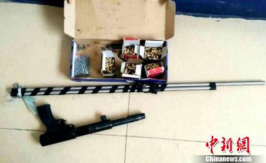 图为被查获的仿真枪、空包弹、枪管、弹丸 李宗亮 摄