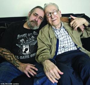 """61岁的""""儿子""""和81岁的""""父亲""""-美失联60年 父子 亲子鉴定并无血缘"""