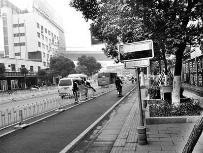"""楚天都市报讯 (记者袁喆 汪杭 实习生周梦婷 赵静)""""每次下了公交车,要不只能跨过护栏,要不只能在机动车道中走,都非常不安全。""""近日,市民蔡先生向本报反映,乘坐330路公交车在汉西三路建设大道口站下车很尴尬。"""