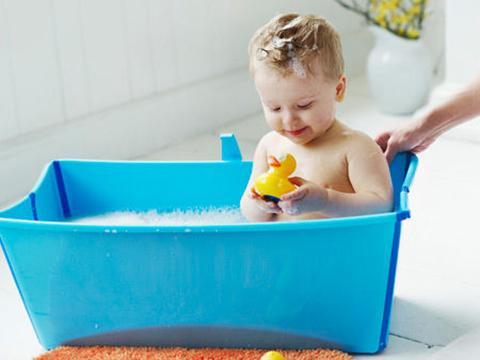 一岁宝宝洗澡_【1-3岁百科】宝宝洗澡的时间你选对了吗?