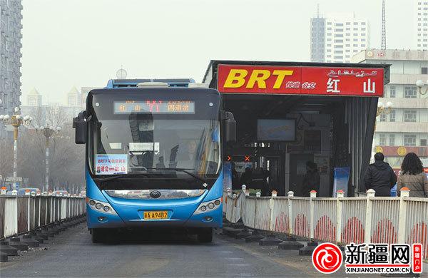 2月8日16时27分,在红山BRT车站,一辆BRT7号线区间车驶离站台,BRT7号线区间车能在红山站台实现与BRT1号线、BRT2号线的免费换乘。 (记者寇凝摄)