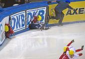 图文:短道速滑世界杯德国站 武大靖和对手摔倒