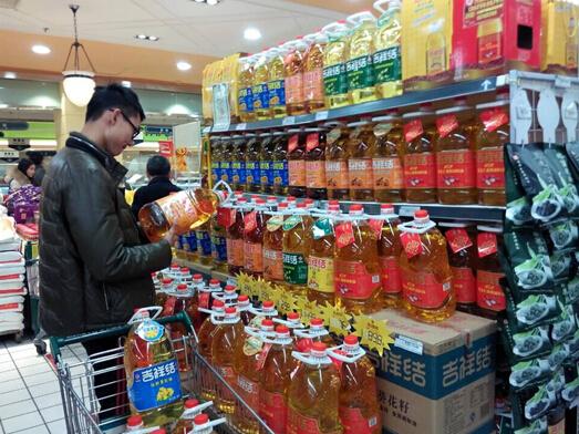 笔者近日走访了河南,山西等地的多家超市发现,选购食用油的人数比平时图片