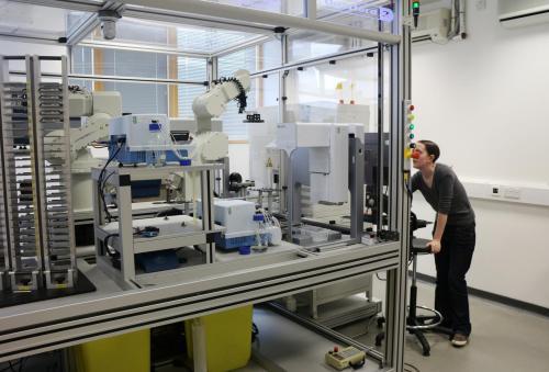 """机器人科学家""""夏娃""""将有助于推动新型药物的发明,使新药开发速度更快,价格更低廉。"""