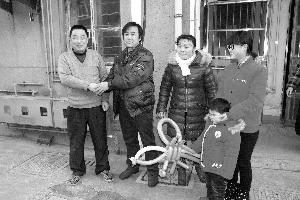 潘师傅一家感谢石师傅(左一)的救命之恩 现代快报记者 葛小林 摄