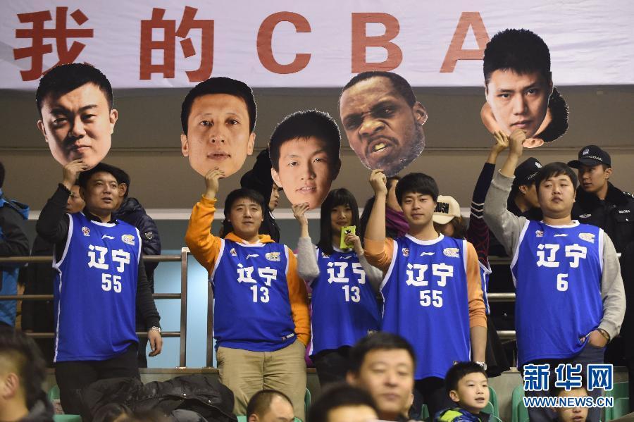 2月11日,浙江广厦队球员林志杰(右一)在比赛中传球.图片