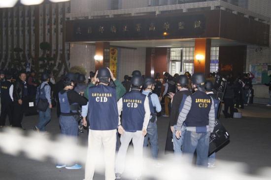 """2月11日,台湾高雄大寮监狱发生挟持事件,6名受刑人挟持管理员,典狱长陈世志自愿当人质,把谈判的副典狱长换出来。董俊志 摄 台湾""""中央社"""""""