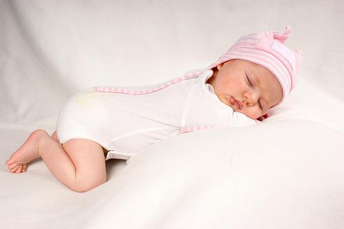 其实婴儿的睡眠时期是他们身体和脑部发育的时期,而正确的睡姿对宝宝