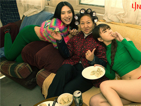 """创作者坦言,这组""""致春节""""的主题大片创作缘起于2011年某杂志拍摄一组以""""春运""""为主题的一组时尚性感大片。"""