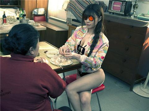 图为模特演绎包饺子环节。
