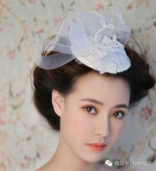 柔美新娘盘发:柔美的盘发勾勒出迷人高贵的发型轮廓,发丝的凌乱感更加增添迷人气质,唯美小帽沿纱布的发饰别在前额,带着女王般的优雅,性感十足。