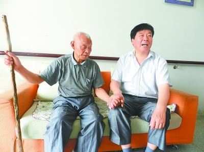 李银江陪五保老人聊天。桂五敬老院供图