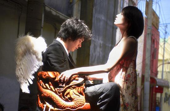 日本鬼马导演萨布的新片《天之茶助》讲了一个人仙恋的穿越故事