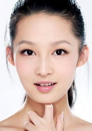 李沁:眼睛9.8分李沁双眼皮自然,而且宽度适中,而且眼睛形状极其的好。眼黑和眼白的比例基本上是完美的了。眼睑是尖眼睑。唯一减分的地方是睫毛,不够卷翘,有点下垂。所以偶尔会让人觉得是个老好人很容易欺负的样子。