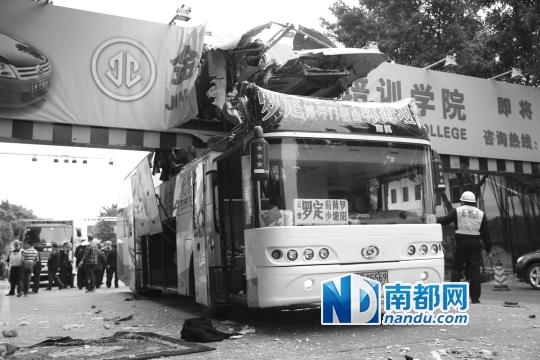 """出事的大巴车头几乎被""""削""""去1/3。车头损毁严重。"""